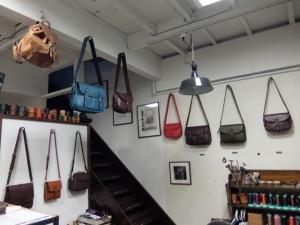 フィッシングバッグとカートリッジバッグの並ぶ壁